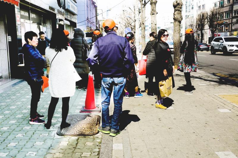 Từ vỉa hè Seoul nhìn về Hà Nội: Chả lẽ cán bộ mình tệ thế?