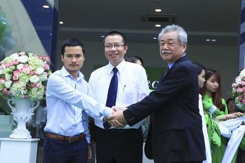 Ông Trần Như Trung và Ông Phan Thanh Phúc và Ông Koyama thực hiện nghi lễ Ra mắt nhà mẫu EcoLife Capitol.