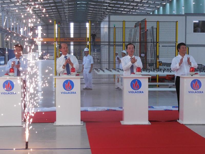 Ngày khánh thành Nhà máy Kính tiết kiệm năng lượng VigLacera, TCty VigLacera đã vinh dự đón nhận lời khen của Bộ trưởng Bộ Xây dựng Phạm Hồng Hà.
