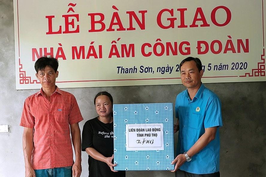 Phú Thọ: Trao tiền hỗ trợ xây dựng nhà mái ấm công đoàn