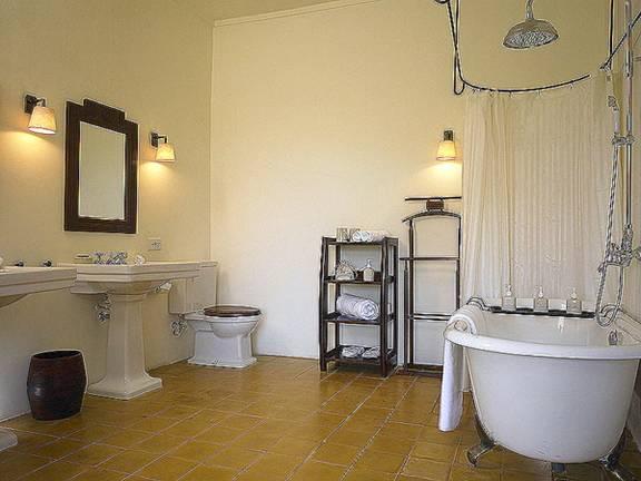 Cách bố trí đèn tường thích hợp cho phòng tắm.