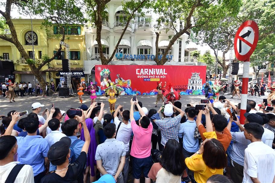 """Sôi động Carnival đường phố Hà Nội kỷ niệm """"20 năm Thành phố vì hòa bình"""""""