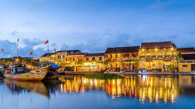 Đêm Rằm Hội An: Ấn tượng khó quên với tiếng hát Hà Anh Tuấn bên dòng sông Hoài thơ mộng