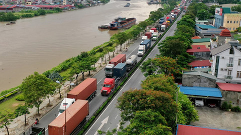Tuyến đường xe container rồng rắn chèn ép các phương tiện giao thông