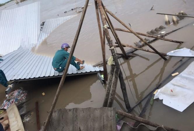 Sạt lở kinh hoàng khiến 12 căn hộ ven sông Năm Căn thiệt hại hoàn toàn