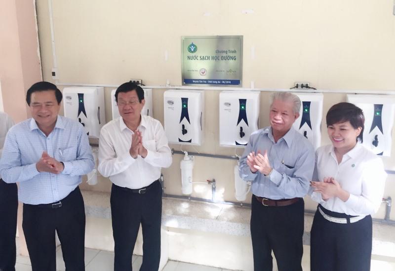 Tân Trụ (Long An): 27 trường học được trang bị hàng trăm máy lọc nước mới