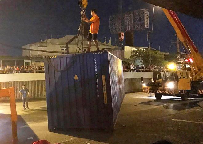 Container rơi xuống đường ở Sài Gòn, nhiều người thoát chết