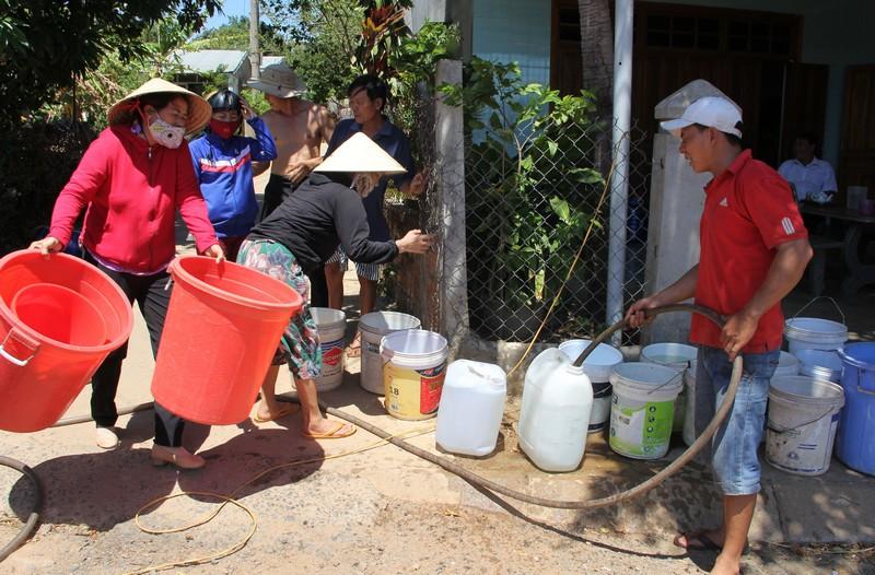 """Phú Yên nắng hạn suốt nhiều tháng, hơn 9.000 hộ dân """"khát nước"""" trầm trọng"""