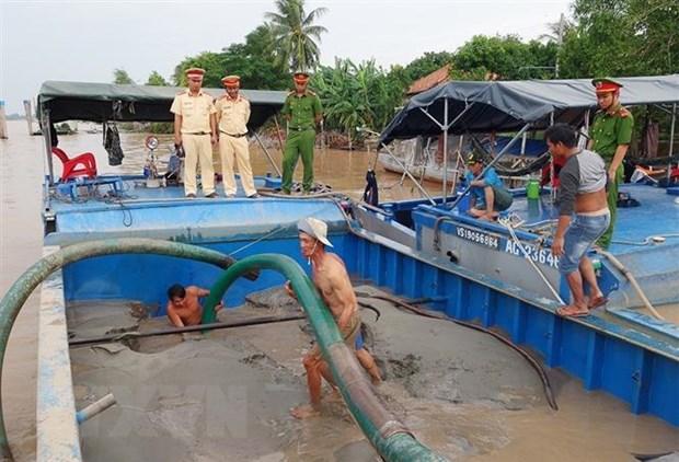 Bắt quả tang hai phương tiện khai thác cát trái phép trên sông Hậu