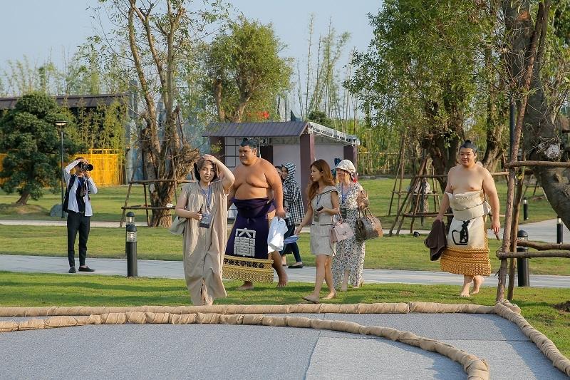 Hai đại võ sĩ sumo nổi tiếng Nhật Bản bất ngờ xuất hiện tại Việt Nam