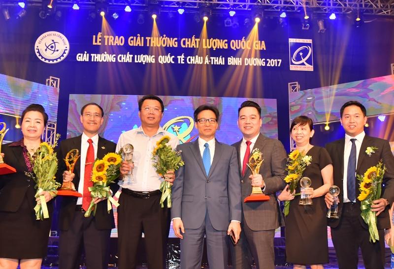 Đại diện Tập đoàn Tân Á Đại Thành nhận giải Vàng Chất lượng Quốc gia 2017.