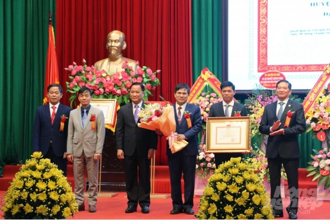 Khoái Châu đón nhận Bằng công nhận huyện nông thôn mới