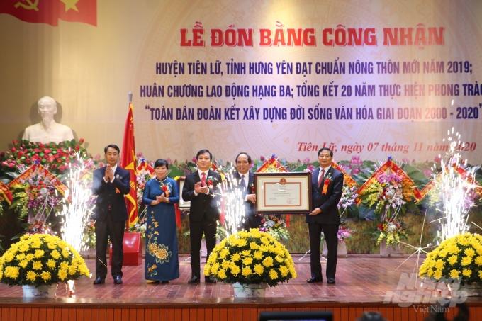 Huyện Tiên Lữ đón Bằng công nhận huyện đạt chuẩn nông thôn mới