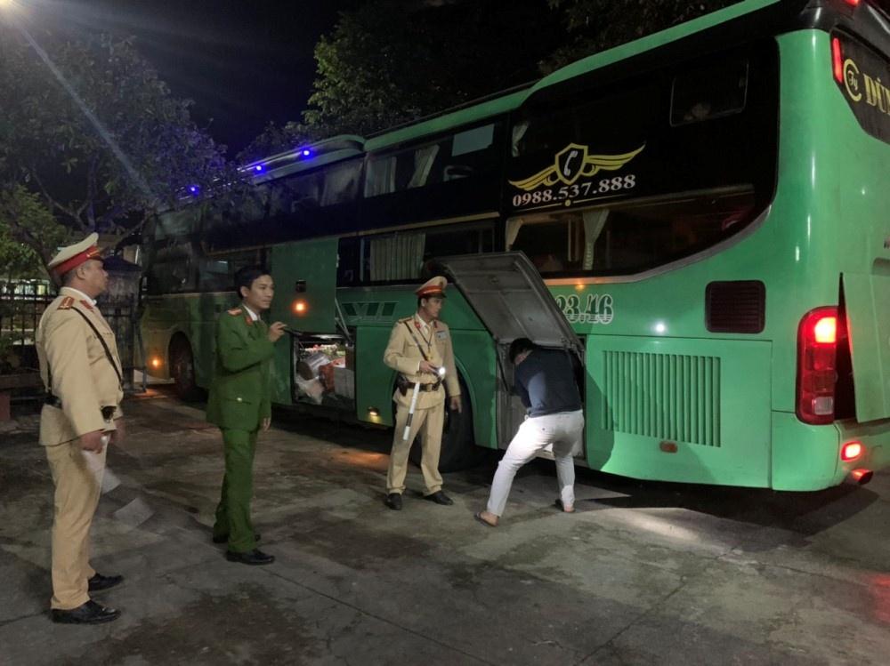 Thừa Thiên - Huế: Phát hiện xe khách chở hơn 4.000 viên pháo lậu