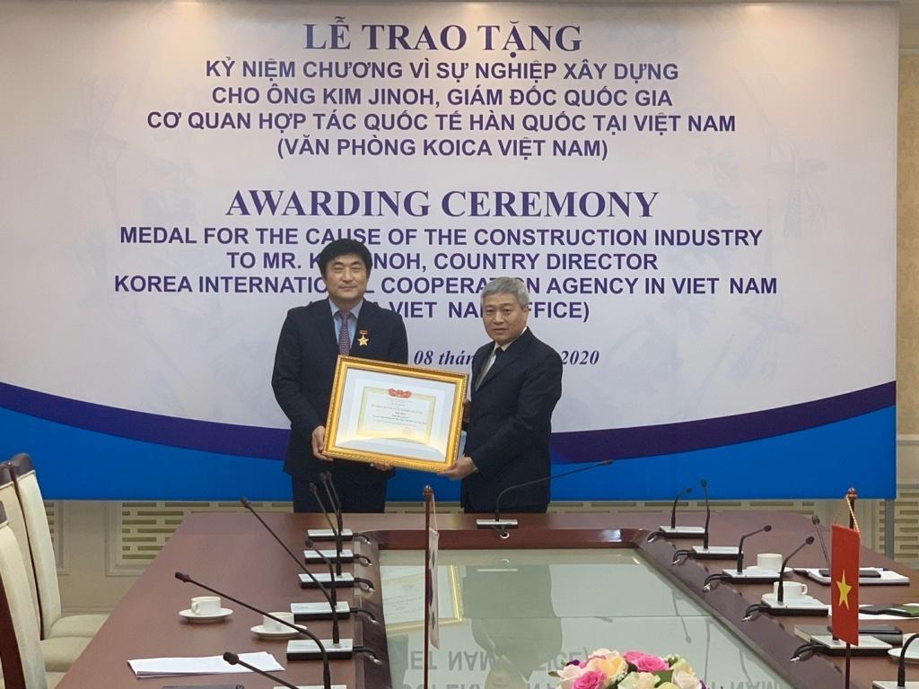 Deputy Minister Bui Pham Khanh awarded Medal for Director KOICA in Vietnam