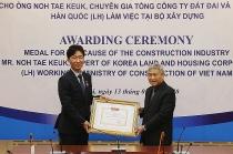deputy minister bui pham khanh awarded medal to korean expert