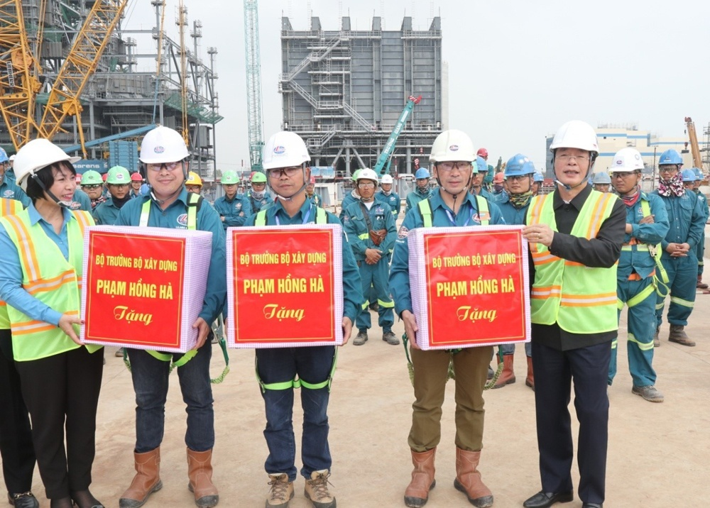 minister pham hong ha wished happy new year to construction workers
