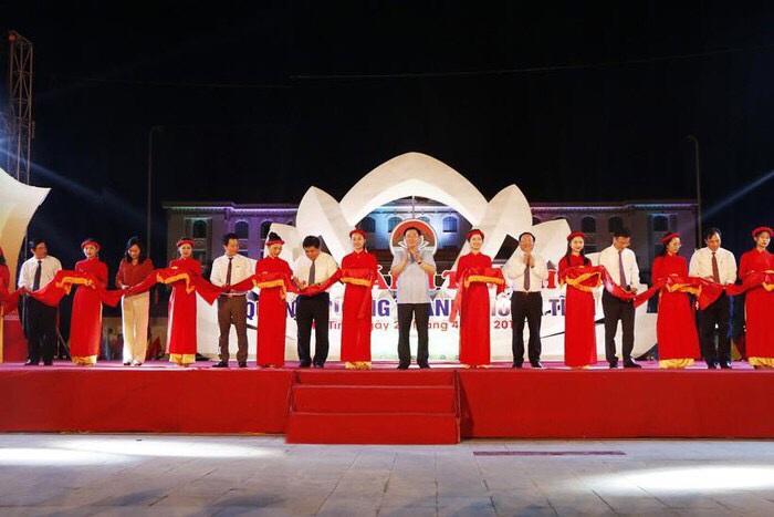Phó Thủ tướng Vương Đình Huệ cắt băng khánh thành quảng trường TP Hà Tĩnh