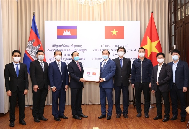 Việt Nam presents gifts to Laos, Cambodia in fighting Covid-19