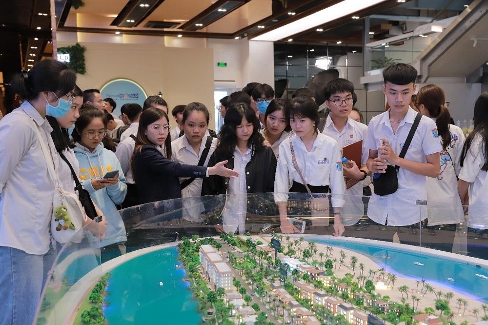 Campus Tour độc đáo của Nova College thu hút hơn 400 học sinh