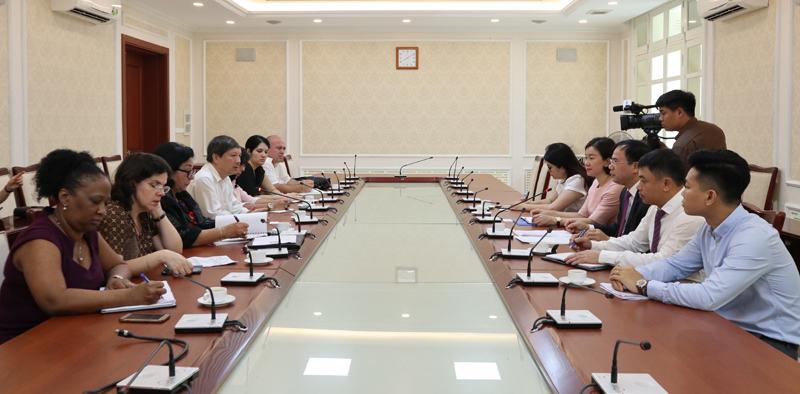 Deputy Minister Nguyen Van Sinh receives Deputy Minister of Health of Cuba
