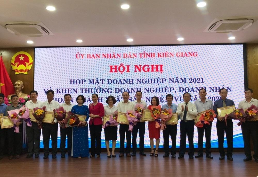 CEO Đảo Ngọc vinh dự nhận bằng khen do Chủ tịch tỉnh Kiên Giang trao tặng