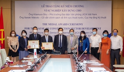 Ministry of Construction awarded Medals to 2 JICA experts in Vietnam