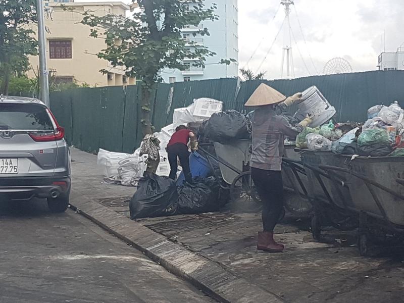 Quảng Ninh: Vỉa hè đường du lịch biến thành bãi rác