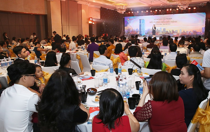 """Gần 300 nhà đầu tư tại TP. HCM đón nhận nồng nhiệt """"Biểu tượng niềm kiêu hãnh"""""""