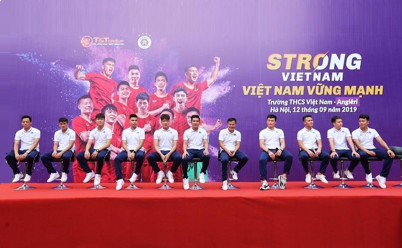 Quang Hải, Bùi Tiến Dũng đeo mặt nạ trung thu truyền cảm hứng cho thế hệ trẻ tại Strong Vietnam