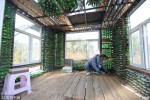 Người đàn ông xây nhà từ 50.000 chai bia