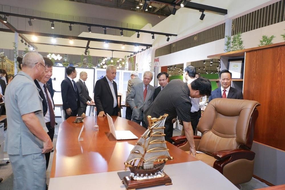 Gian hàng của Nội thất Hòa Phát thu hút nhiều khách thăm quan tại Triển lãm Vietbuild Thành phố Hồ Chí Minh