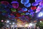 Độc đáo phố đi bộ treo hàng nghìn chiếc ô ở làng lụa Hà Đông