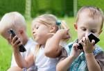 Cho trẻ chơi điện thoại- nguy cơ bệnh tật suốt đời