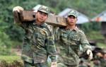 Bộ đội giúp dân vùng sạt lở dựng nhà
