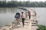 Giỡn với 'tử thần' khi qua cầu làm bằng thùng phuy