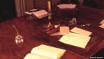 """Chiếc bàn viết của nhà văn """"Đồi gió hú"""" có giá... 19 tỉ đồng"""