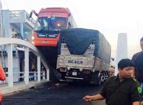 Xe Phương Trang leo thành cầu, 30 khách hoảng hốt