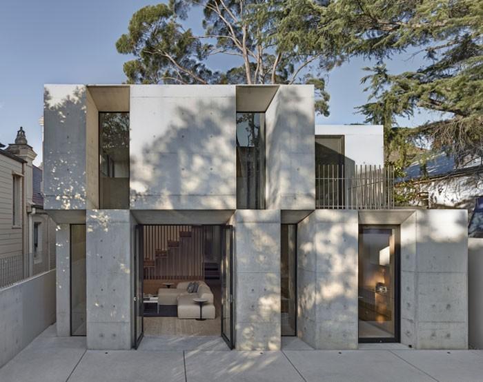 Nhà hai tầng làm từ gỗ và bê tông hiện đại, độc đáo