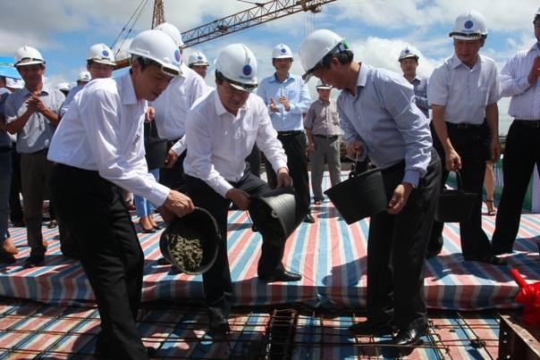 Bộ trưởng Trịnh Đình Dũng dự lễ cất nóc nhà ở xã hội Đặng Xá