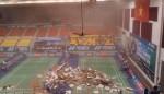 Kinh hãi trần nhà bất ngờ đổ sập