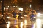 Người Sài Gòn hối hả chạy trốn cơn mưa trái mùa