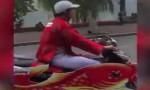 [VIDEO] Hai 'ông Táo' cưỡi xe cá chép lượn quanh hồ Gươm