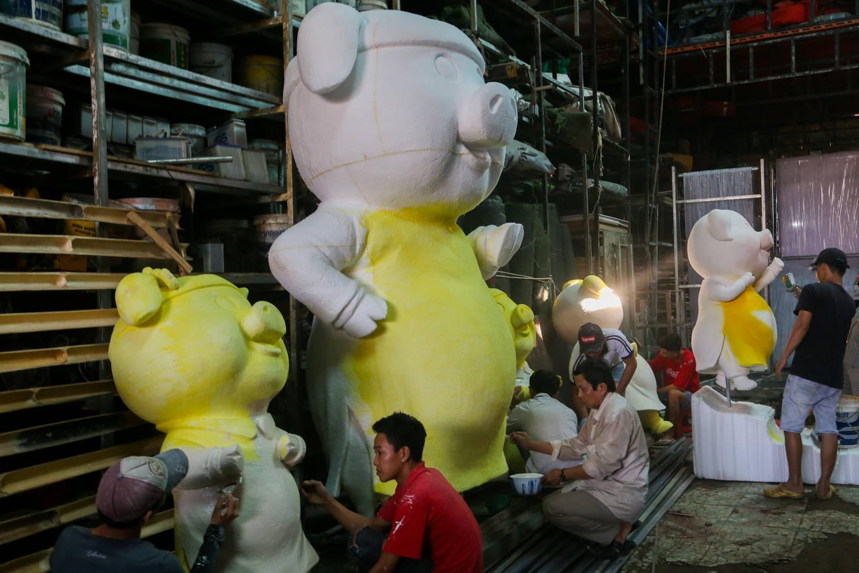 Một tháng trước Tết Kỷ Hợi, tại xưởng của ông Nguyễn Văn Tòng (quận 12), những con heo - linh vật năm 2019 được các nghệ nhân gấp rút hoàn thiện để ...