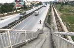 Cầu vượt đi bộ dẫn thẳng xuống quốc lộ 5 do 'thiếu tiền'