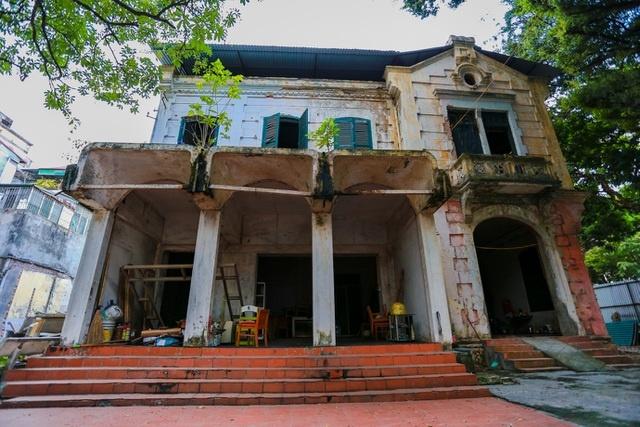 Kiến trúc Pháp cổ của căn biệt thự bỏ hoang, nằm giữa đất