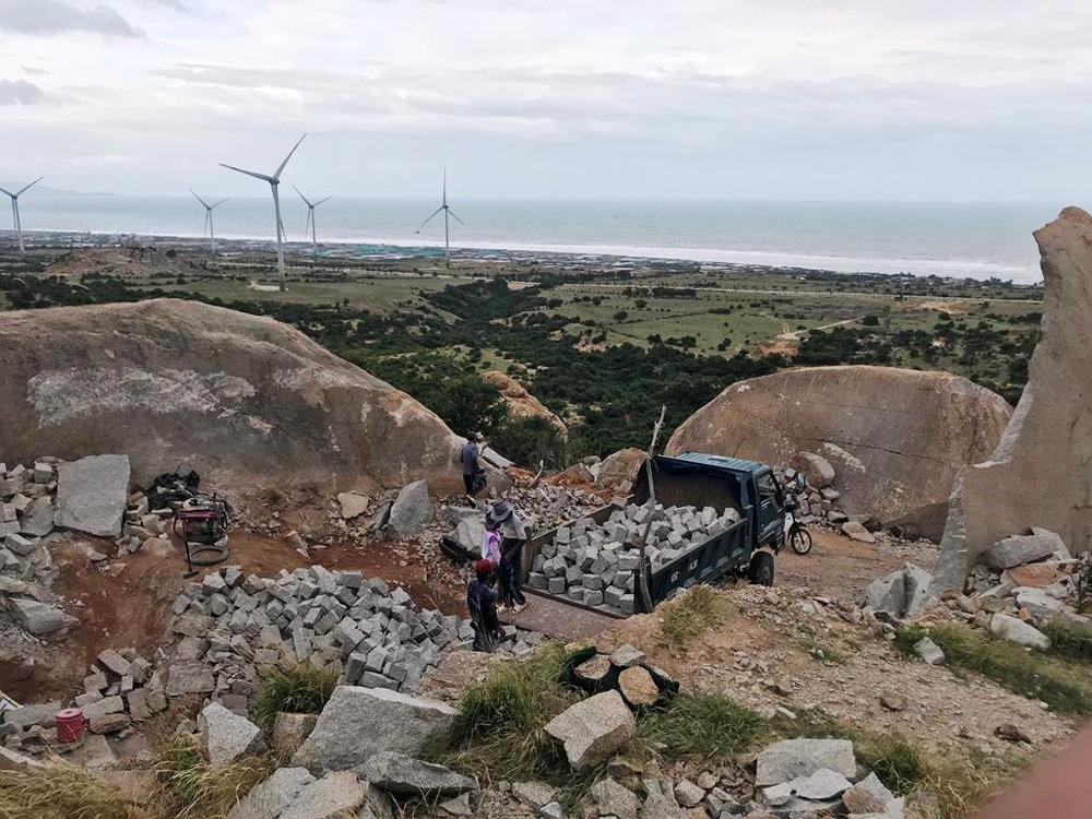 Thuận Nam (Ninh Thuận): Cận cảnh hiện trường khai thác đá trái phép trên núi