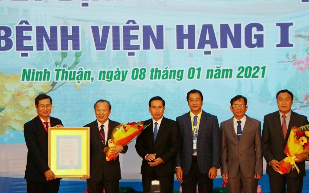 Bệnh viện Đa khoa tỉnh Ninh Thuận nhận danh hiệu bệnh viện hạng I