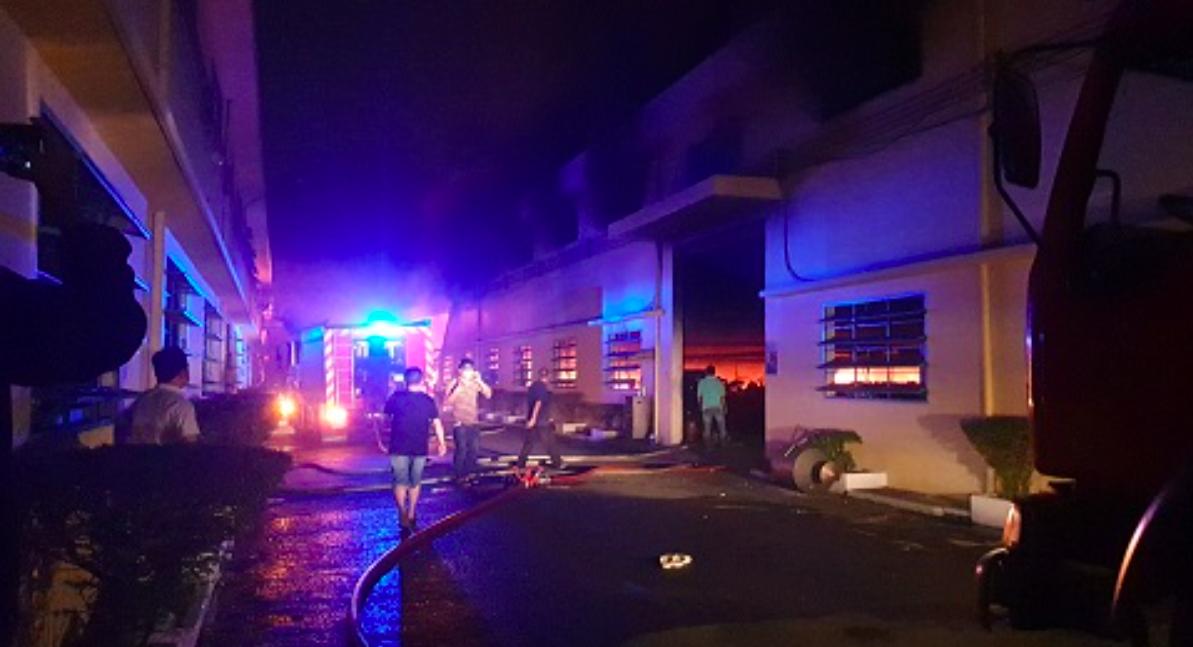 TPHCM: Gần 200 chiến sĩ kịp thời khống chế đám cháy lớn ở công ty giày
