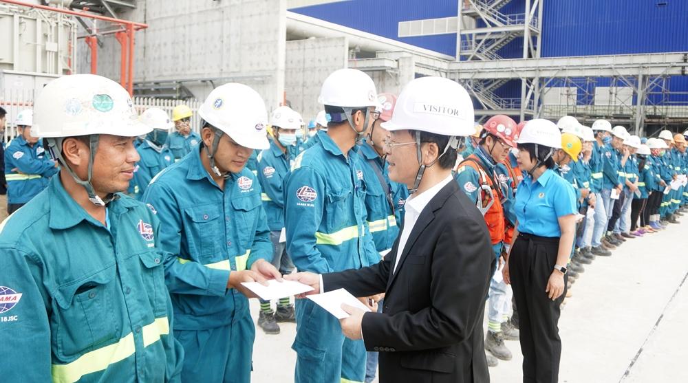 Bộ trưởng Bộ Xây dựng Phạm Hồng Hà thăm tặng quà Tết cho công nhân lao động ngành Xây dựng tại Nhà máy nhiệt điện Sông Hậu 1